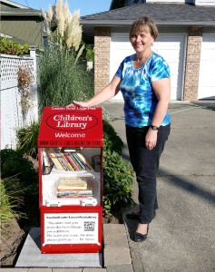 Carolyn Hart and her curbside library (Richmond Review photo).